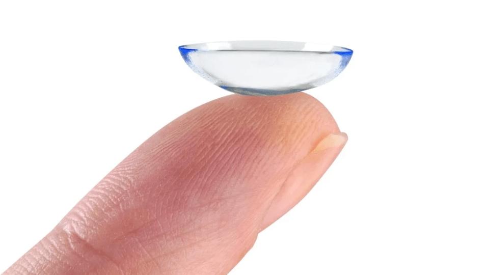 lens nasıl takılır 5. lensi iç bükey olarak parmak ucunuza yerleştirin